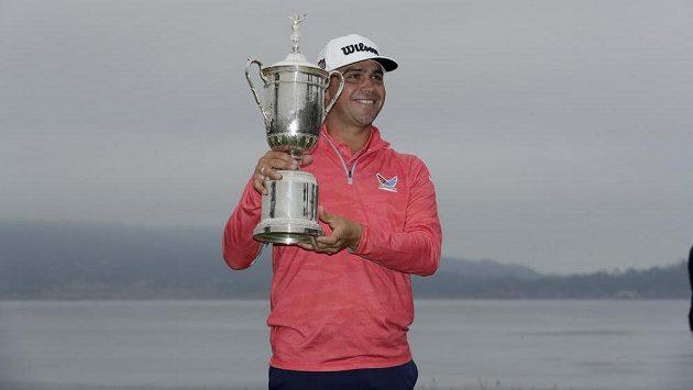Gary Woodland pózuje s trofejí pro vítěze US Open.