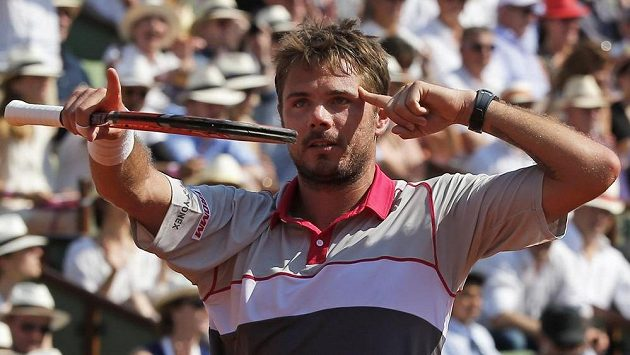 Švýcarský tenista Stan Wawrinka slaví vítězství nad Francouzem Jo-Wilfriedem Tsongou v semifinále Roland Garros.
