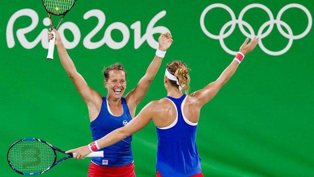 Radost Barbory Strýcové (vlevo) a Lucie Šafářové po závěrečném míčku.