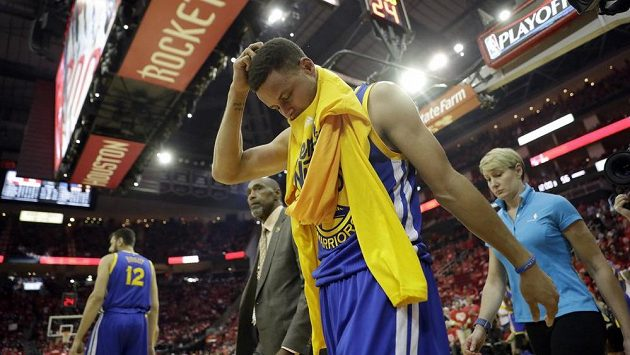 Zraněný baskebalista Golden State Warriors Stephen Curry opouští palubovku.