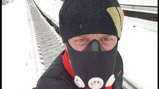Závodník David Pabiška a jeho maska, kterou využívá v přípravě na slavný Dakar.