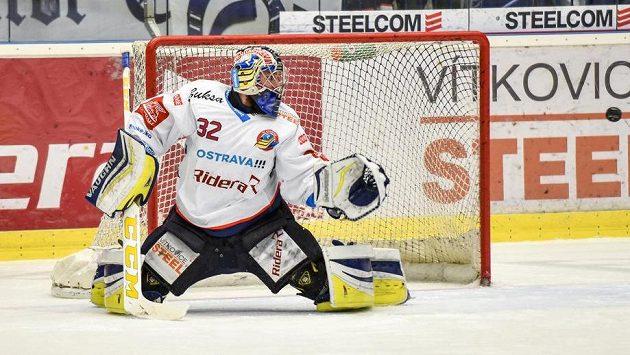 Brankář Vítkovic Patrik Bartošák zasahuje v utkání předkola play off hokejové extraligy se Škodou Plzeň.