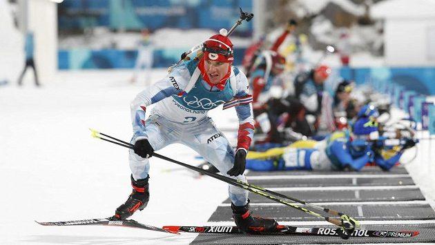 Michal Krčmář odjíždí ze střelecké položky během olympijského stíhacího závodu.