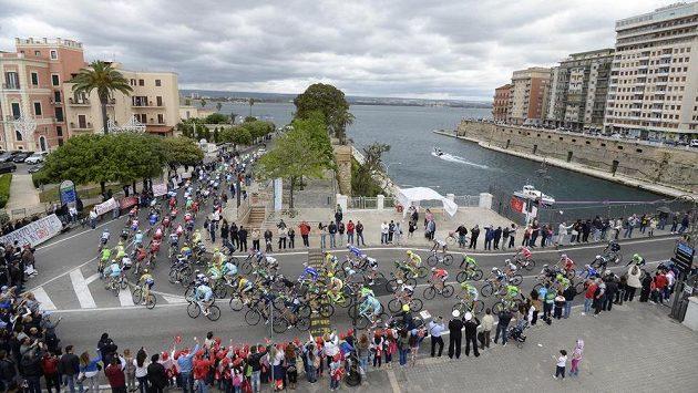 Peloton na Giru d'Italia opouští během páté etapy Taranto.
