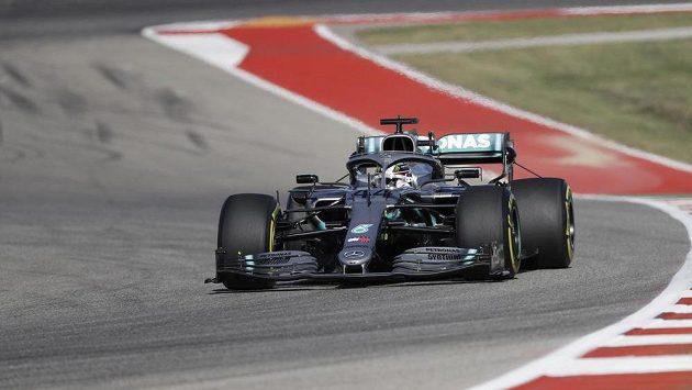 Pilot Mercedesu Lewis Hamilton během tréninku na Velkou cenu USA:
