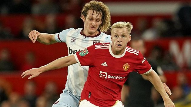 Alex Král z West Hamu v souboji s Donnym van der Beekem z Manchesteru United. Ilustrační foto.