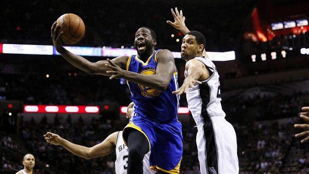 Útočník Golden State Warriors Draymond Green (vlevo) a Tim Duncan ze San Antonia Spurs.
