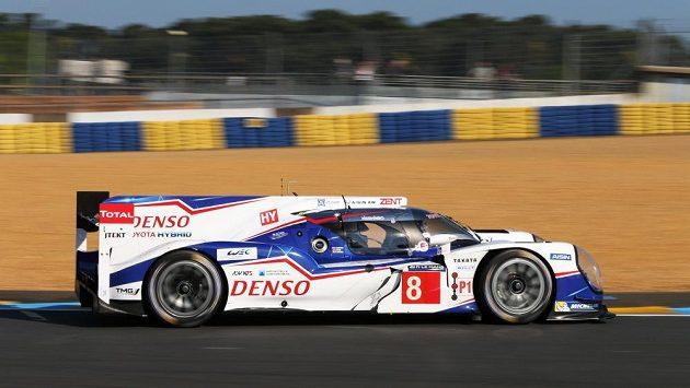 Sebastien Buemi s Toyotou TS 040 Hybrid při testech v Le Mans.