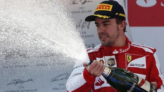 Fernando Alonso slaví prvenství ve Velké ceně Španělska.
