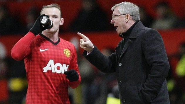 Sir Alex Ferguson, manažer Manchesteru United, uděluje pokyny útočníkovi Wayneovi Rooneymu.