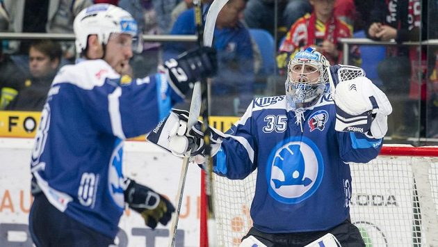 Brankář Plzně Matěj Machovský (vpravo) oslavuje vyhrané utkání.