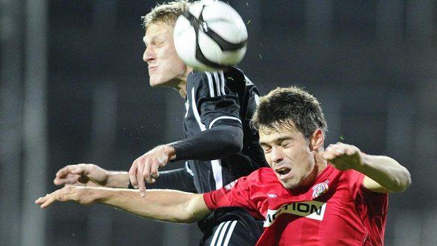 Petr Buchta (vpravo) z Brna a Michal Škoda z Viktorie Žižkov v odvetném utkání osmifinále fotbalového Poháru České pošty.