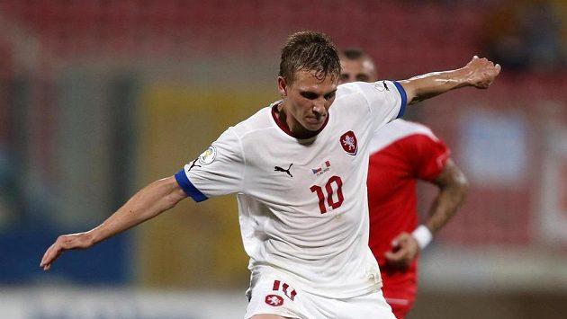 Bořkovi Dočkalovi (v bílém) se snaží odebrat míč Clayton Failla z Malty.