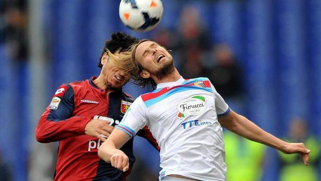 Jaroslav Plašil z Catanie (v bílém dresu) v hlavičkovém souboji s Nicolasem Burdissem z Janova.