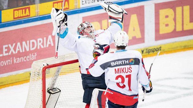 Brankář Pardubic Ondřej Kacetl a Juraj Mikuš oslavují vítězství 3:1 během utkání Tipsport extraligy na ledě Sparty. Ilustrační foto.