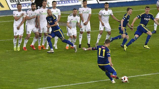 Kapitán Jihlavy Lukáš Vaculík rozehrává standardní situaci během odvetného utkání baráže o účast v první lize.