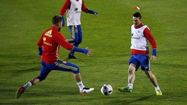 Útočník Aritz Aduriz (vpravo) a obránce Sergio Ramos na tréninku španělské fotbalové reprezentace.