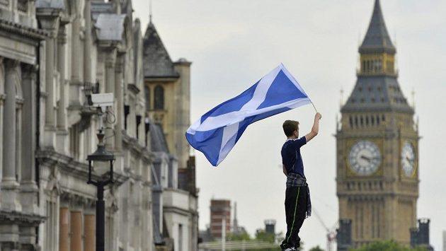 Skotský fanoušek s vlajkou před fotbalovým zápasem v Londýně proti Anglii.