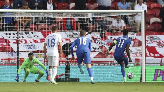 Marcus Rashford střílí z penalty gól Anglie v přípravě s Rumunskem.