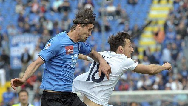 Libor Kozák z Lazia v souboji s Massimem Paccim v utkání 33. kola Serie A.