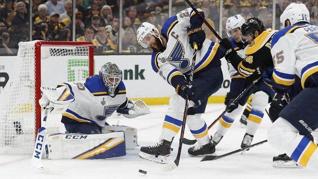 Brankář St. Louis Blues Jordan Binnington a obránce Alex Pietrangelo zasahují proti střele Bostonu během pátého zápasu finálové série NHL.