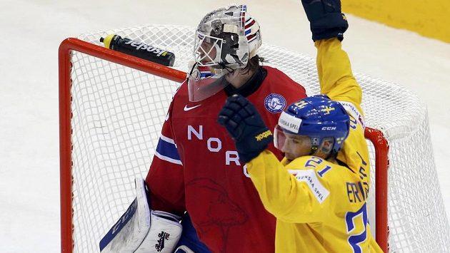 Norský brankář Steffen Söberg je překonán po střele Joakima Lindstroma (není na snímku). Vpravo se raduje Švéd Jimmie Ericsson.