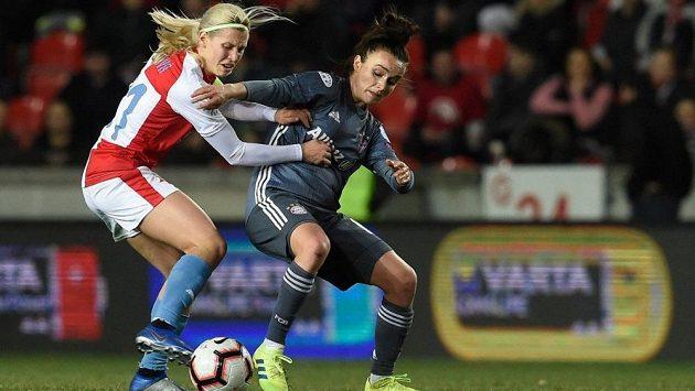 Kateřina Svitková (vlevo) v souboji o míč s Linou Magullovou z Bayernu Mnichov během čtvrtfinále Ligy mistryň.