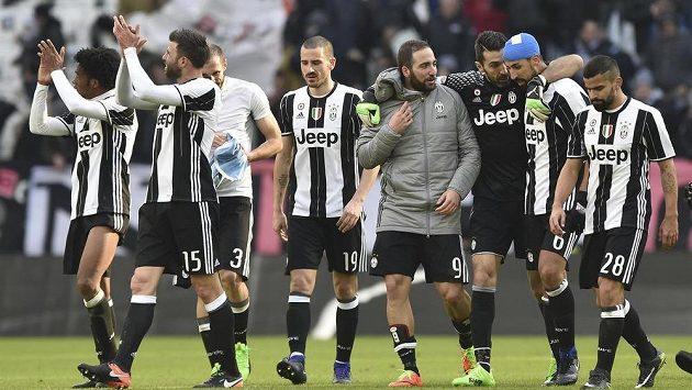 Fotbalisté Juventusu Turín oslavují vítězství nad Laziem Řím.