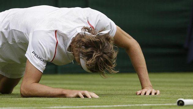 Zmar, zmar a zmar. Německý spolufavorit Alexander Zverev se musel po prohře s Jiřím Veselým rozloučit s Wimbledonem už v 1. kole.
