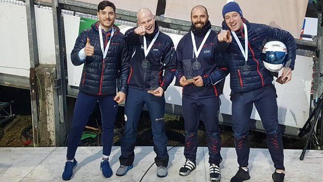Jakub Nosek (zleva), Jan Šindelář, Dominik Suchý a Dominik Dvořák slaví šesté místo z ME ve Winterbergu.