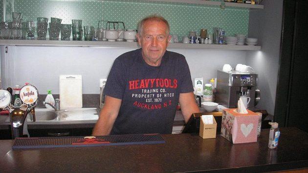 Jindřich Svoboda za barem v bufetu tenisových kurtů, kde správcuje.