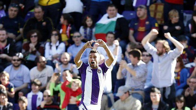 Záložník Valladolidu Fausto Rossi slaví gól proti Barceloně.