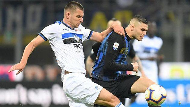 Berat Djimsiti z Atalanty a Mauro Icardi z Interu Milán.