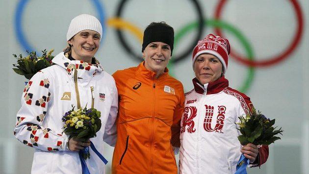 Trio nejlepších. Stříbrná Martina Sáblíková (vlevo), zlatá Irene Wüstová (uprostřed) a bronzová Olga Grafová.