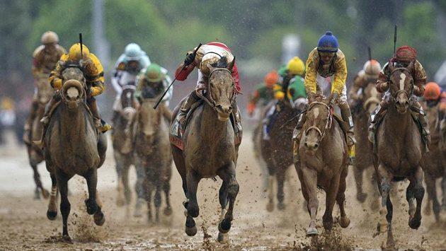 Kůň Orb s žokejem Rosariem (uprostřed) ovládli Kentucky Derby.