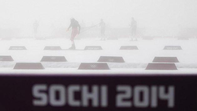 Biatlonisté zkoušeli, zda vidí skrz mlhu na terče.