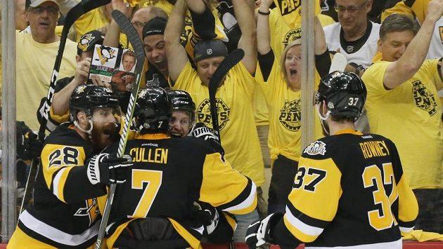 Hokejisté Pittsburghu Penguins vyhráli první finále Stanley Cupu. Na domácím ledě zvítězili nad Nashvillem 5:3.