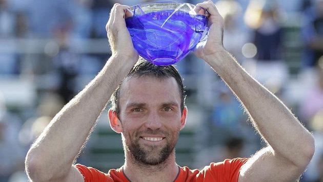 Chorvatský tenista Ivo Karlovič s trofejí pro vítěze turnaje v Delray Beach