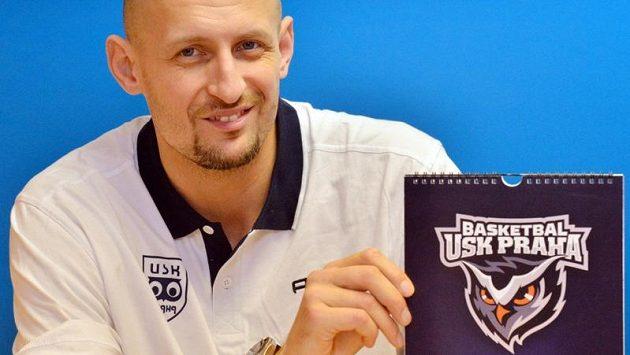 Nová posila basketbalového týmu USK Praha Luboš Bartoň ukazuje nové logo klubu.