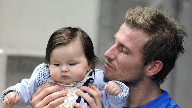 Útočník Jan Blažek s dcerou Adrianou. I díky ní zmoudřel a teď se pokusí restartovat kariéru v Dukle.