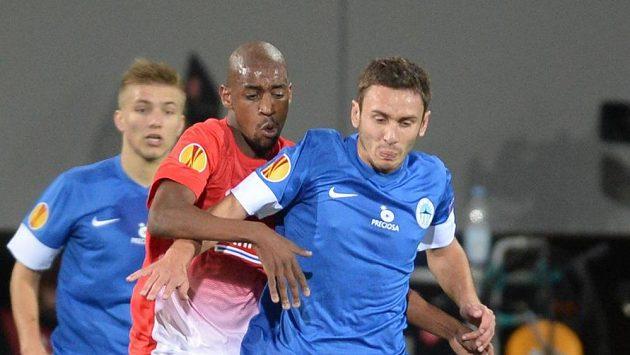 Gelson Fernandes z Freiburgu (vlevo) bojuje o míč se Sergejem Rybalkou z Liberce.