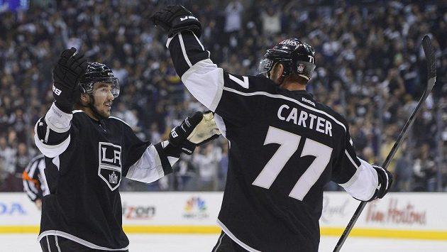 Obránce Los Angeles Kings Vjačeslav Vojnov (vlevo) slaví se spoluhráčem Jeffem Carterem gól proti Chicagu.