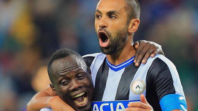 Obránce Udine Danilo (vpravo) se raduje z gólu.