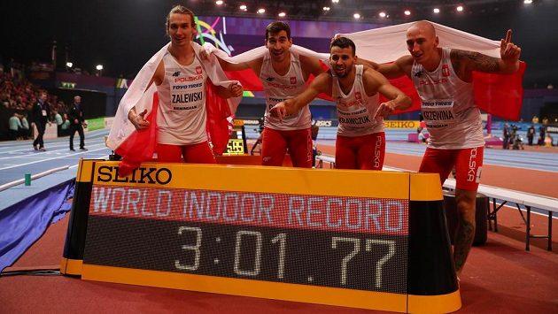 Titul ve štafetě na 4x400 metrů ozdobilo polské kvarteto Karol Zalewski, Rafal Omelko, Lukasz Krawczuk a Jakub Krzewina světovým halovým rekordem.