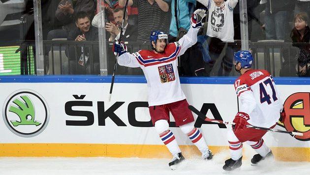 Roman Červenka a Michal Jordán se radují z gólu české hokejové reprezentace.