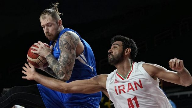 Patrik Auda (vlevo) v souboji s Arsalanem Kazemím z Íránu.