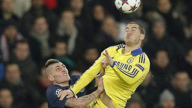 Eden Hazard (vpravo) v souboji s Marcem Verrattim z Paris Saint-Germain.