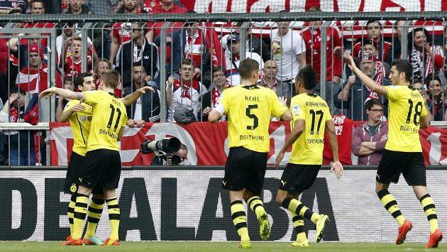 Záložník Borussie Dortmund Henrik Mchitarjan (zcela vlevo) slaví se spoluhráči gól proti Bayernu Mnichov.