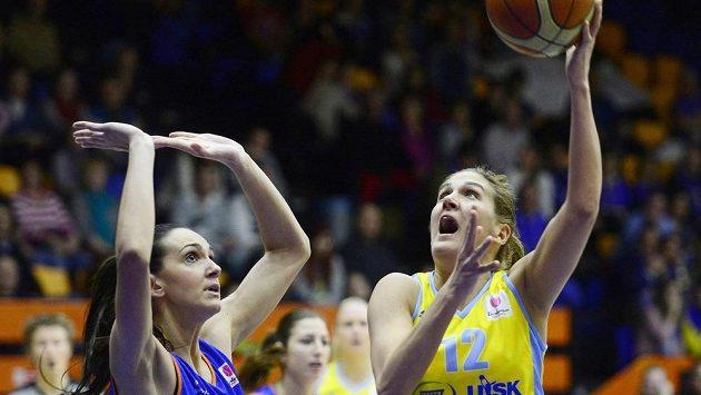 Milka Bjelicová z USK (vpravo) brání Marija Rezanová ze Salamanky.