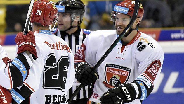 Z gólu se radují útočníci Hradce Jaroslav Bednář (vlevo) a Radek Smoleňák.